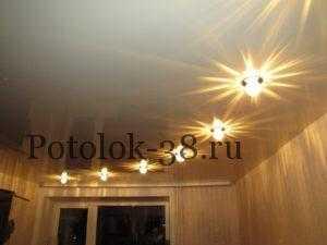 Глянцевый натяжной потолок с точечными светильниками