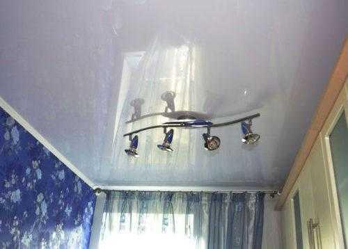 Даже в небольшом помещении глянцевый потолок визуально расширяет объем комнаты