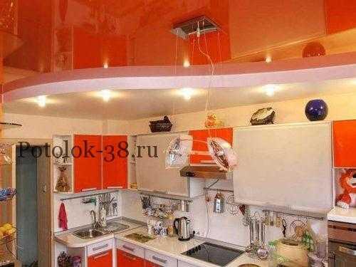 Многоуровневый натяжной потолок со светильниками и люстрой