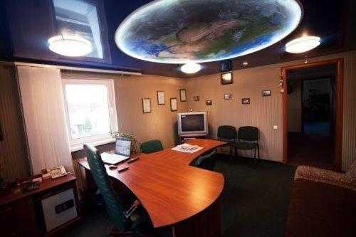 В сочетании с фотопечатью и качественной подсветкой натяжной потолок способен придать любому помещению неповторимый колорит