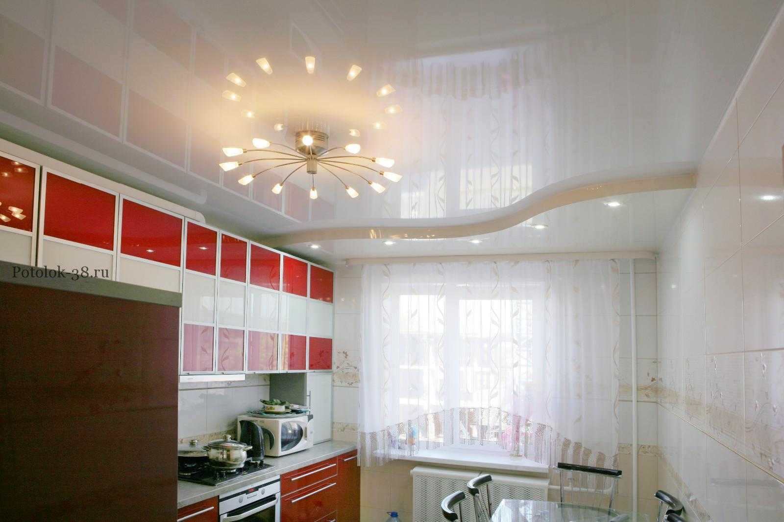 Фотографии натяжных потолков в кухню